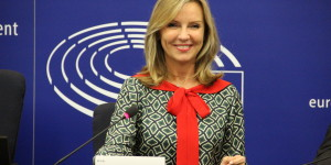 frederique-ries-mariee-femme-politique-parlement-europeen-hemicycle-strasbourg-plastiques-jetables-plastic-single use-directive